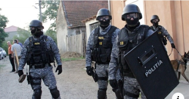 Interlopi snopiți în bătaie, după ce au ieșit din izolare și au atacat cu pietre echipajele de poliție