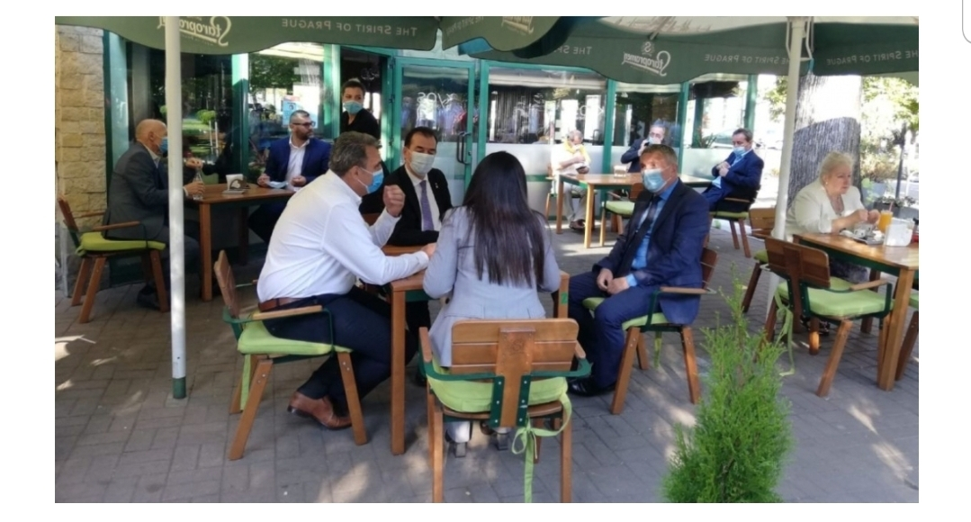 Ludovic Orban, surprins la o terasă din Vâlcea cu prefectul și alți lideri locali